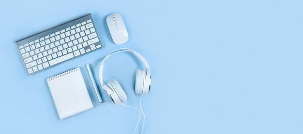Lichtblauwe achtergrond platte lay-out thuiskantoor online onderwijs webinars blogging training
