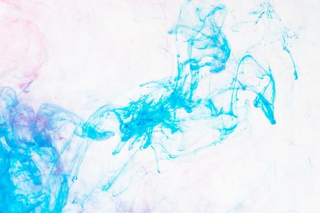 Lichtblauwe druppel in water
