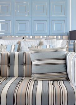 Lichtblauwe en lichtbruin gestreepte bankstel met klassieke blauwe wa