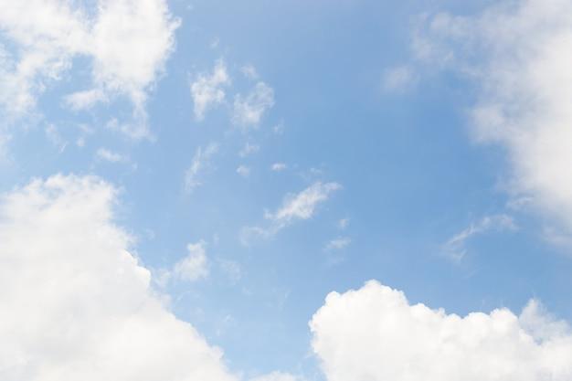 Lichtblauwe hemel met wit wolkenkader, exemplaarruimte