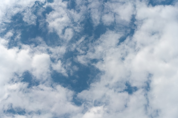 Lichtblauwe hemel met wolken natuurlijk licht