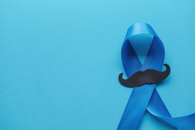 Lichtblauwe linten met snor op blauwe achtergrond