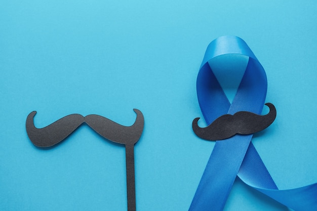Lichtblauwe linten met snor, prostaatkanker bewustzijn, mannen gezondheidsbewustzijn, internationale herendag