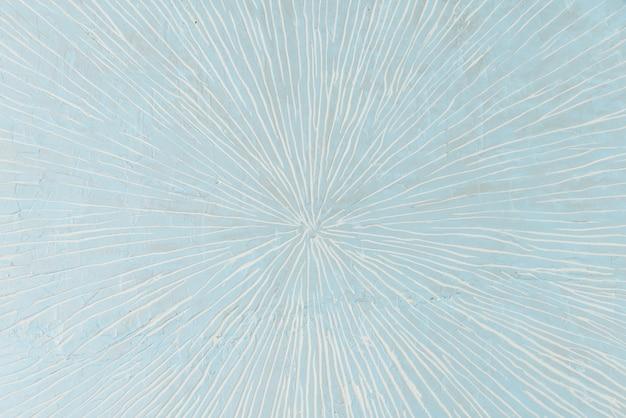 Lichtblauwe muur met witte kraslijnen in het midden