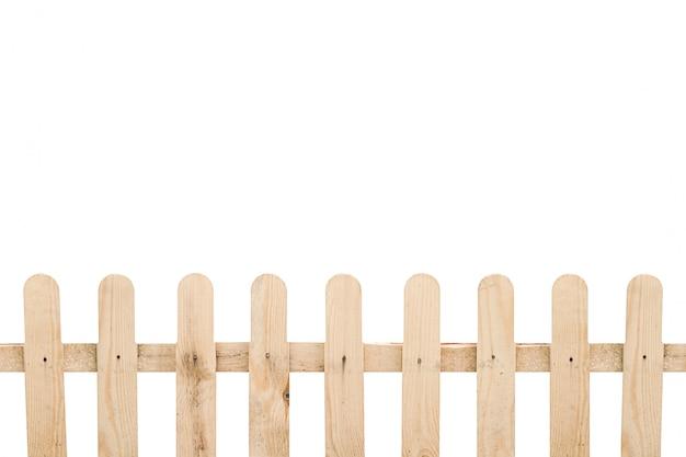 Lichtbruine houten omheining die op witte achtergrond wordt geïsoleerd