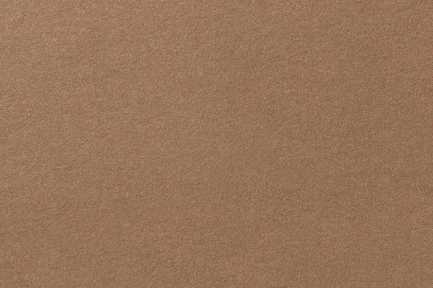 Lichtbruine matte suède stoffenclose-up. fluwelen textuur van vilt.