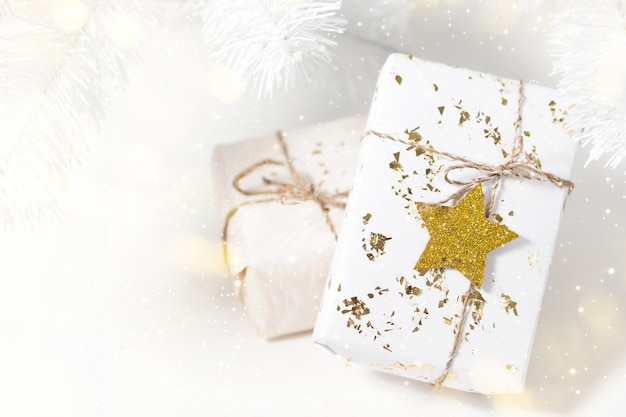 Lichte achtergrond met kerstcadeautjes