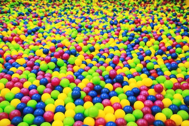 Lichte achtergrond van plastic ballen