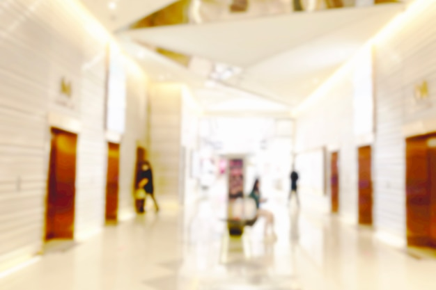 Lichte achtergrond vervagen bij winkel in winkelcentrum voor zakelijke achtergrond, wazig abstracte bokeh op interieur hal.