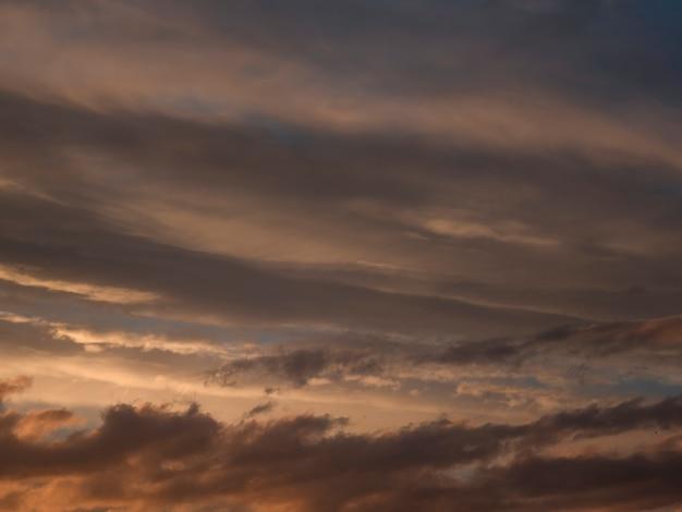 Lichte avond ñ umuluswolken in de lucht. kleurrijke bewolkte hemel bij zonsondergang. hemetextuur, abstracte aardachtergrond