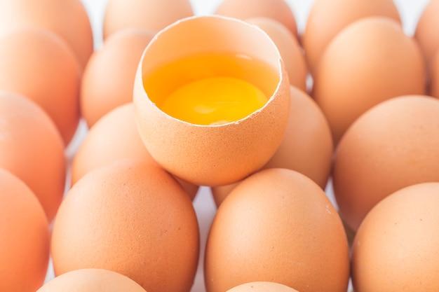 Lichte boerderij rauwe eet eierschaal thuis
