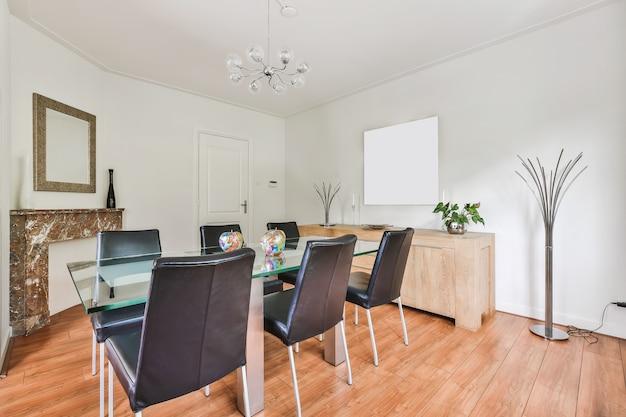 Lichte eetkamer met decoratieve tafel en stoelen