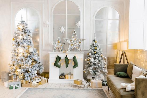 Lichte gezellige woonkamer met een grote elegante kerstboom, versierd voor kerstmis