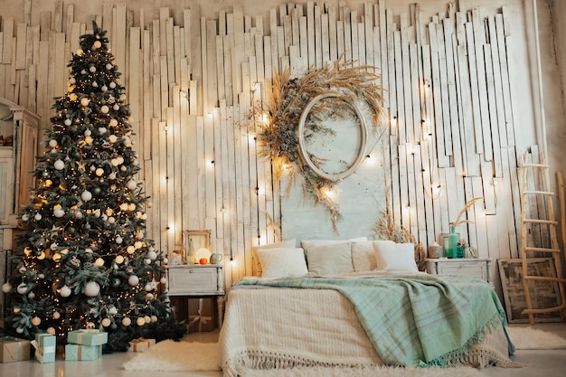 Lichte kamer interieur met versierde kerstboom en vele mooie geschenkdozen.