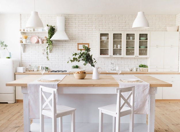 Lichte, knusse moderne keuken met kookeiland