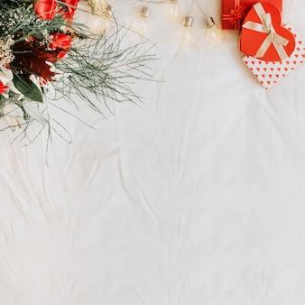 Lichte krans tussen cadeautjes en boeket