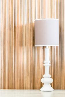 Lichte lamp met kopie ruimte op de muur