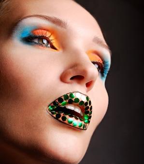 Lichte make-up en een heldere kleur oogschaduw