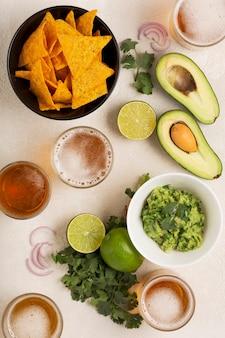 Lichte mexicaanse snack of diner guacamole, maïschips en bier
