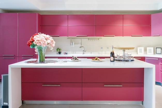 Lichte moderne keuken met roestvrijstalen apparatuur. interieur ontwerp.