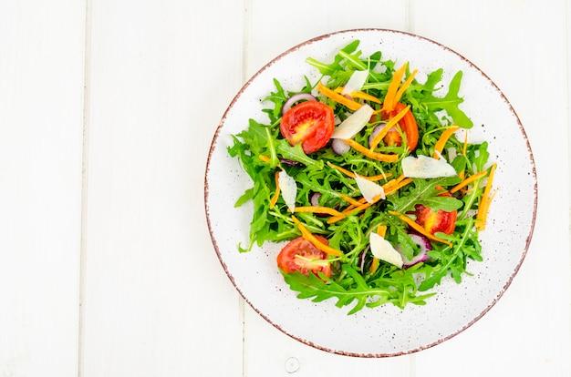 Lichte plantaardige salade, concept gewichtsverlies, het gezonde eten