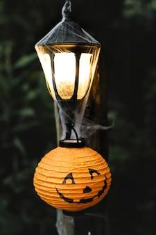 Lichte post met spinnenweb op halloween