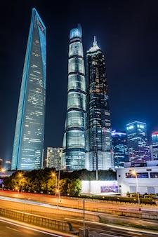 Lichte routes op de moderne gebouwachtergrond in sjanghai china