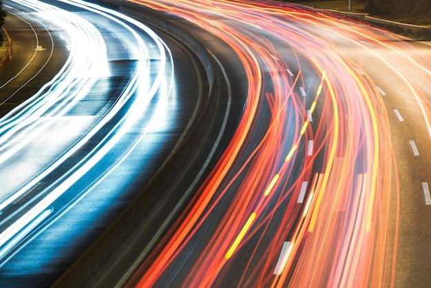 Lichte routes op stadsstraat met stadsbeeld