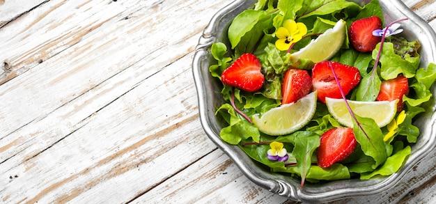 Lichte salade met greens, aardbeien en limoen. zomervoedsel