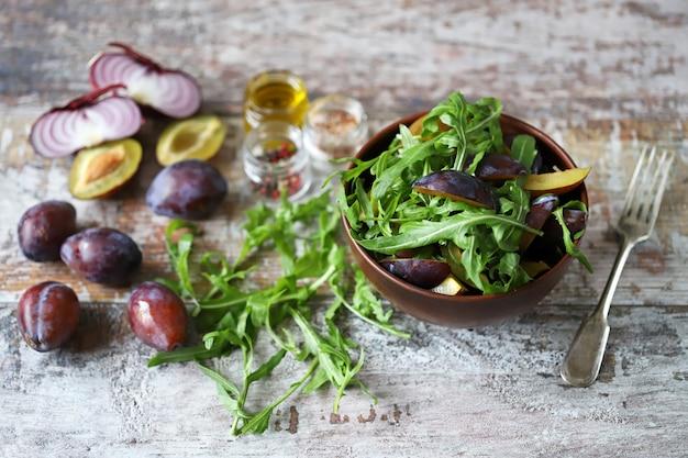 Lichte salade met rucola en pruimen.