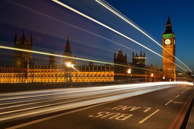 Lichte sporen van voertuigen met in de verte houses of westminster