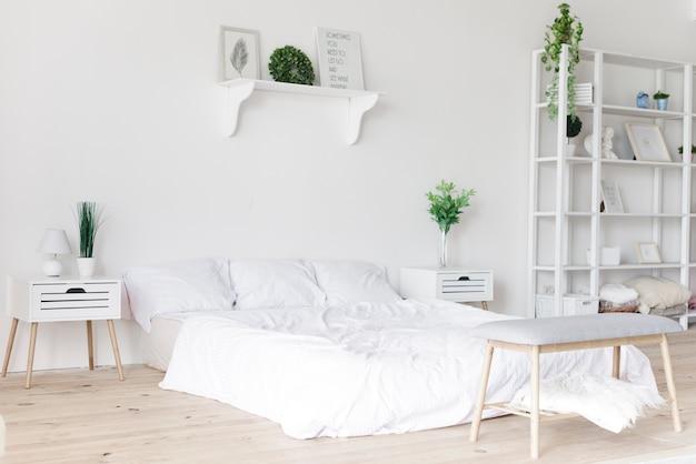 Lichte stijlvolle moderne slaapkamer