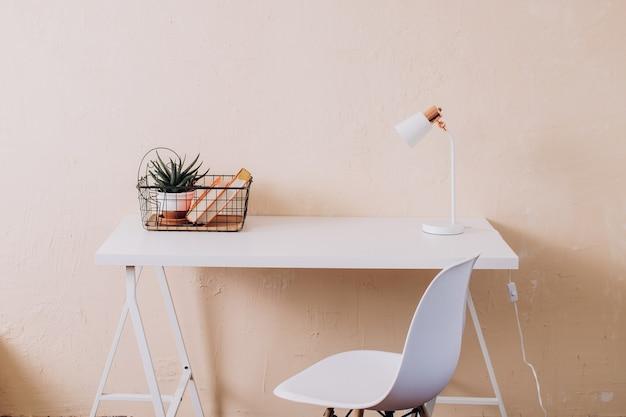 Lichte werkplek thuisruimte-ontwerp kantoorinterieur