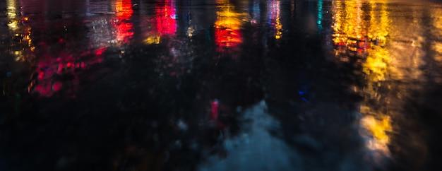 Lichten en schaduwen van new york city. nyc straten na regen met reflecties op nat asfalt