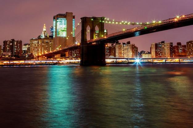 Lichten op de stad van new york van de brug van brooklyn, de vs