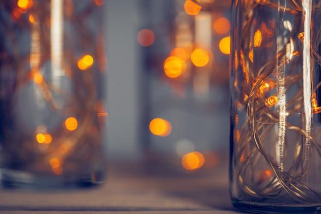 Lichten slinger in een glazen fles op een donkere ondergrond