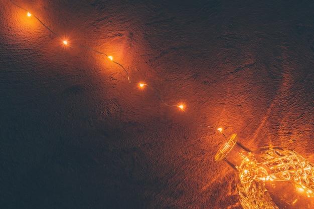 Lichten slinger in een glazen fles op een donkere