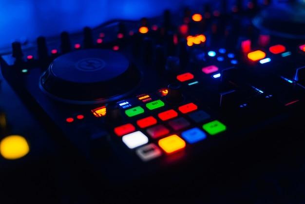 Lichtgevende knop op het bedieningspaneel dj voor mixen en schijfbeheer