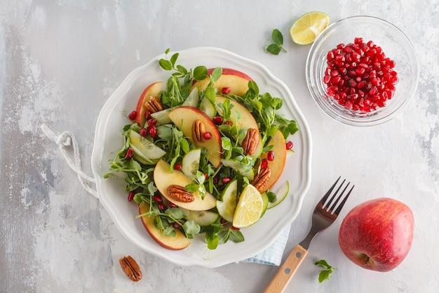 Lichtgroene appel-pecannoot-granaatappelsalade.