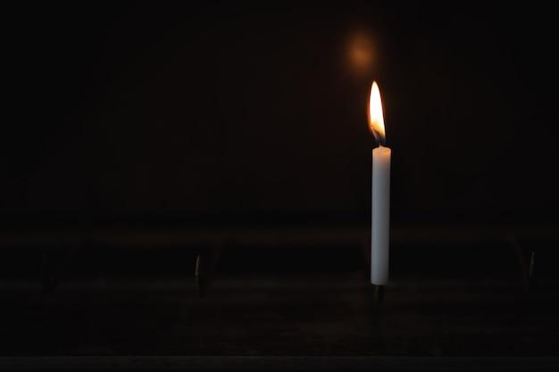 Lichtkaars brandt fel in het zwart