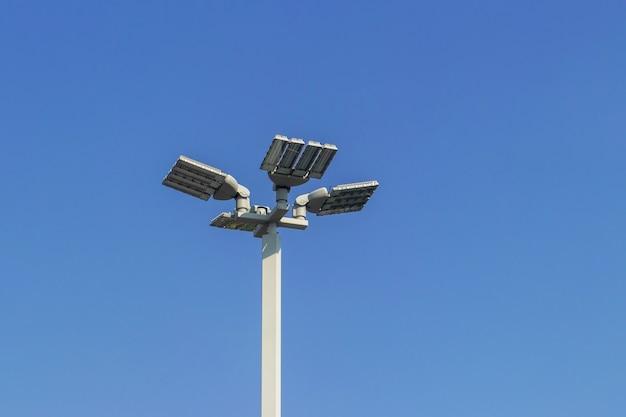 Lichtlamp, zonnecel straatlantaarn led-lichtpaal op het hek, woonhuis, schoonheidsmodel