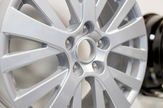 Lichtmetalen autowiel geïsoleerd. gepolijste verchroomde autorand.