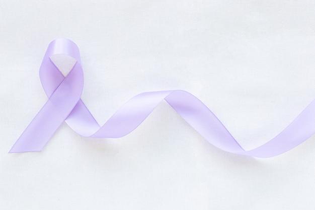 Lichtpaars lint op witte geïsoleerde achtergrond. testiculaire kanker lint bewustzijn concept.