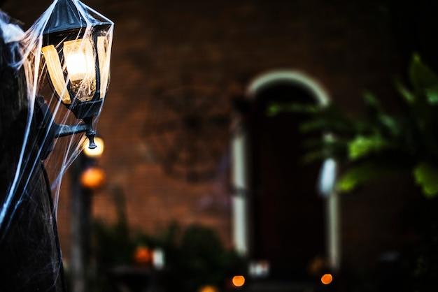 Lichtpost met spinnenweb op halloween