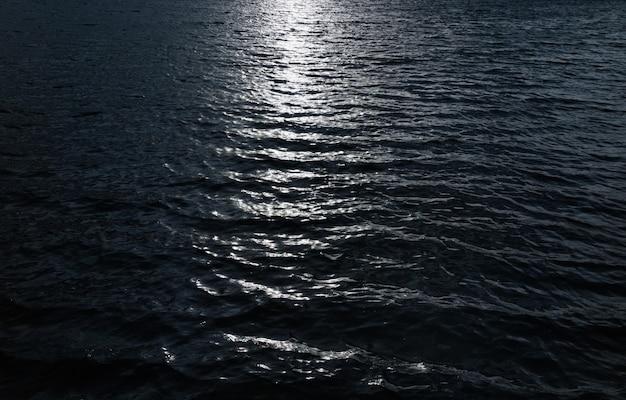 Lichtreflectie op water, donkere omgeving