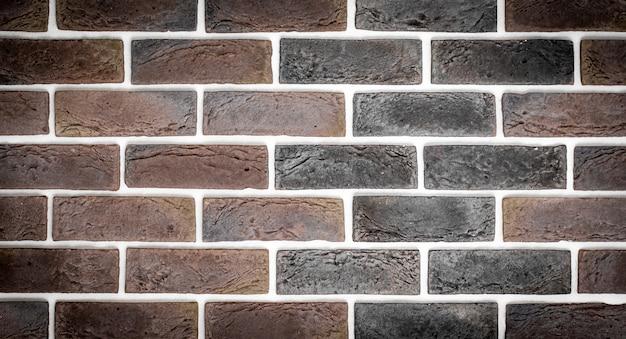 Lichtrode bakstenen muur
