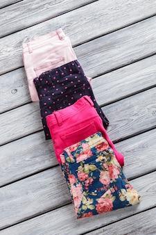 Lichtroze en marineblauwe broek gevouwen broek met stijlvolle print nieuwe goederen op grijze plank cadeautjes voor re...