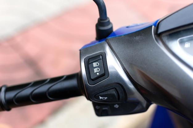 Lichtschakelaar en claxonknop op het stuur van de motorfiets.