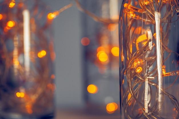 Lichtslinger in een glazen fles op een donkere achtergrond