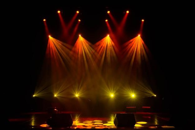 Lichtstralen op het podium met muziekinstrumenten